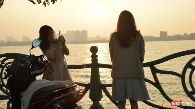 Với nhiều người, Hồ Tây là góc bình yên và lãng mạn nhất, là nơi gặp gỡ, hẹn hò hay ghi dấu kỉ niệm.Ảnh minh hoạ: A.D