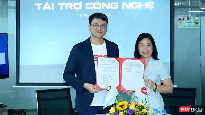 Đại diện GMO-Z.com Runsystem (bìa trái) và VINASA tại lễ ký kết.