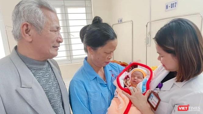 Cặp vợ chồng lớn tuổi vô cùng xúc động khi có được đứa con mơ ước nhờ thụ tinh trong ống nghiệm tại khoa Hỗ trợ sinh sản - BV Phụ sản Thanh Hoá