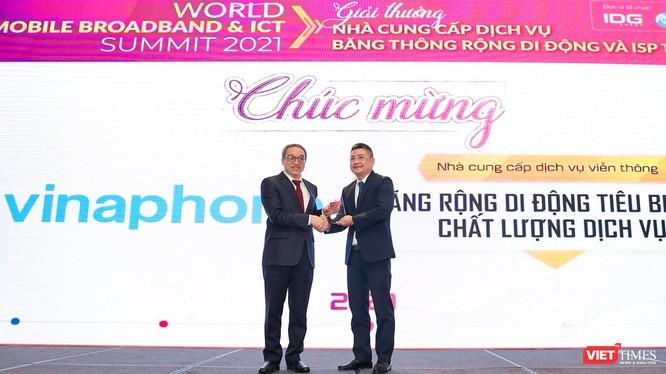 Ông Phan Tâm - Thứ trưởng Bộ TT&TT trao danh hiệu đơn vị tiêu biểu về Chất lượng Dịch vụ Băng thông rộng Di động tại Việt Nam cho ông Đặng Thanh Hưng - Giám đốc Trung tâm CNTT, VNPT Vinaphone.