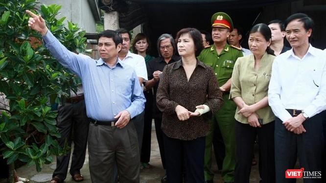 Ông Phạm Minh Chính cùng bà Nguyễn Thị Kim Ngân khảo sát địa điểm sân bay Vân Đồn.