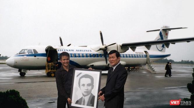 Ông Trương Tấn Sang - khi đương nhiệm Thường trực Ban Bí thư, và anh Hà Huy Thanh tại lễ di dời hài cốt cố Tổng Bí thư Hà Huy Tập (ngày 1/12/2009).