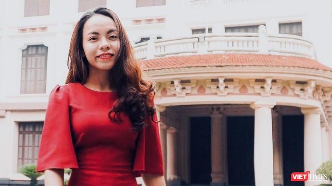 Chị Cai Thái Hoàng Uyên trao đổi với VietTimes về iMuseum ngay tại Bảo tàng Mỹ thuật Việt Nam.