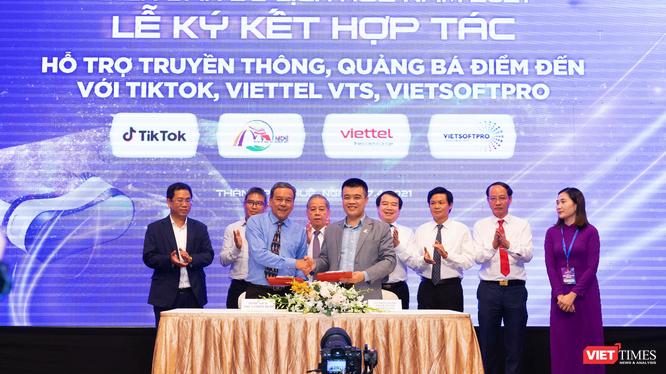 TikTok và Sở Du lịch Thừa Thiên Huế thực hiện ký kết.