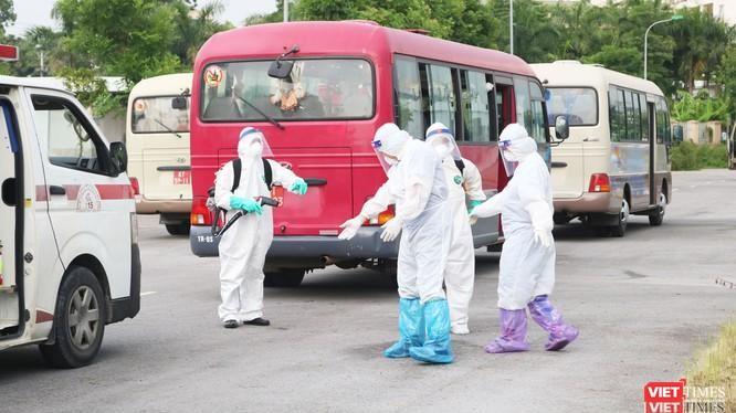 Nhân viên y tế phun khử khuẩn để phòng COVID-19.