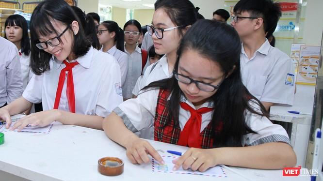 Các em học sinh gửi thư dự thi Viết thư quốc tế UPU.
