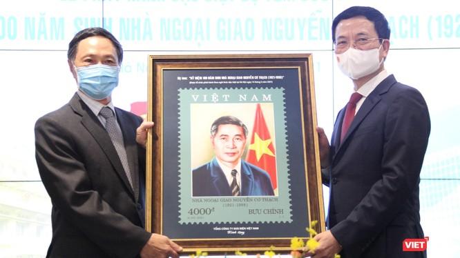 Bộ trưởng Bộ TT&TT Nguyễn Mạnh Hùng trao tặng bức ảnh cho đại diện gia đình đồng chí Nguyễn Cơ Thạch