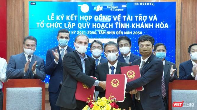 Lễ ký kiết giữa Sở Kế hoạch và Đầu tư Khánh Hòa cùng Công ty McKinsey Việt Nam và FPT nhằm ứng dụng công nghệ để khai thác hiệu quả các tiềm năng.