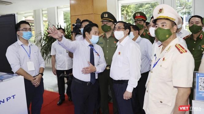 Thủ tướng Chính phủ Phạm Minh Chính nghe giới thiệu về các công nghệ định danh, xác thực điện tử IDP của VNPT.