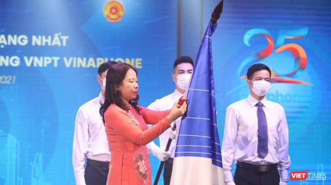 Phó Chủ tịch nước Võ Thị Ánh Xuân trao Huân chương Lao động Hạng nhất giai đoạn 2015-2019 cho Tổng công ty VNPT VinaPhone.