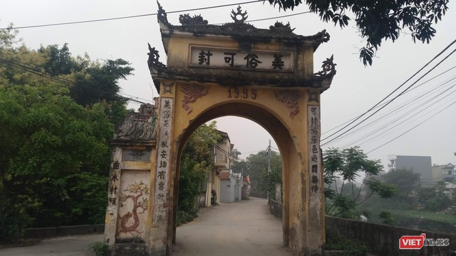 Cổng làng Khúc Thủy - ngôi làng nhỏ từ hơn ngàn năm trước là Trang Khúc Thủy với dinh thự của vua, quan và từng là ngôi làng giàu có một thời.