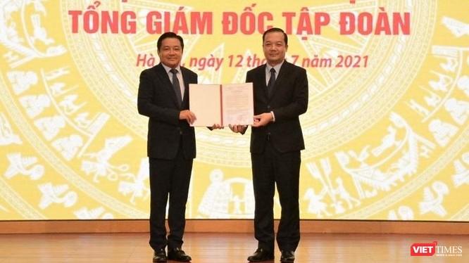 Chủ tịch HDDTV Tập đoàn VNPT Phạm Đức Long trao quyết định bổ nhiệm ông Huỳnh Quang Liêm giữ chức vụ Tổng giám đốc Tập đoàn VNPT.