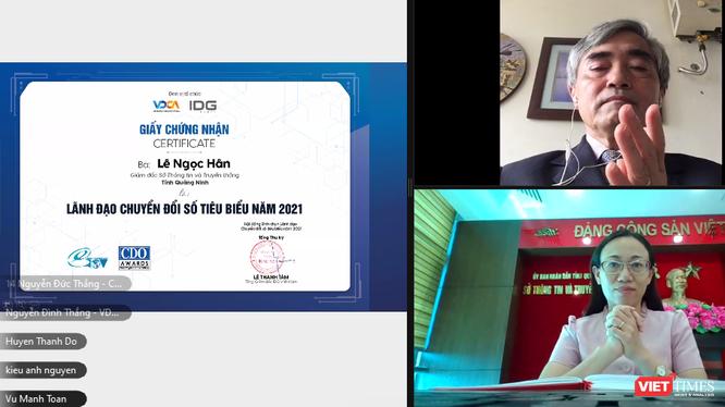 Bà Lê Ngọc Hân – Giám đốc Sở Thông tin và Truyền thông tỉnh Quảng Ninh được vinh danh Lãnh đạo Chuyển đổi số tiêu biểu, với sự chứng kiến của ông Nguyễn Minh Hồng - Chủ tịch Hội đồng bình chọn.
