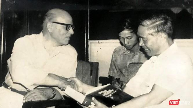 """Patti tặng Bộ trưởng Nguyễn Cơ Thạch cuốn sách """"Why Vietnam"""" (xuất bản năm 1980) vào giữa năm 1982."""