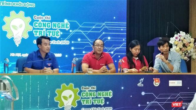 """Ban Tổ chức """"Công nghệ Trí tuệ Canon Chie-Tech"""" giải đáp thắc mắc của sinh viên xoay quanh cuộc thi."""