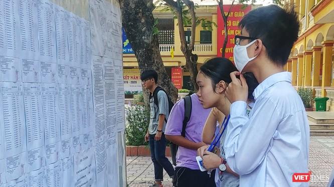 Các thí sinh tại điểm thi Trường THCS Phú Diễn – Bắc Từ Liêm.