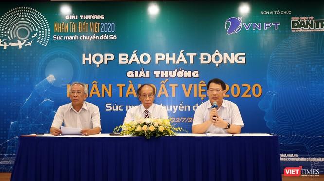 Đại diện Ban Tổ chức Giải thưởng Nhân tài Đất Việt giải đáp thắc mắc tại buổi họp báo phát động Giải thưởng.