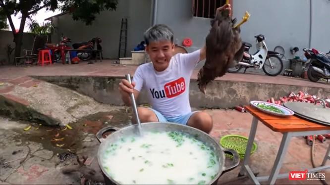 Clip nấu cháo gà nguyên lông của Hưng Vlog vấp phải nhiều chỉ trích. Ảnh chụp màn hình.