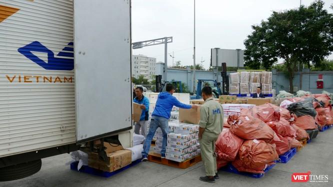 Xe hàng hóa cứu trợ đồng bào miền Trung.