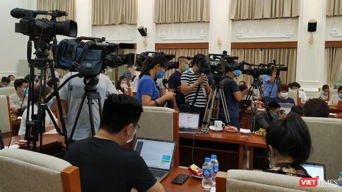 Phóng viên báo chí tác nghiệp tại cuộc họp của Bộ GD-ĐT.