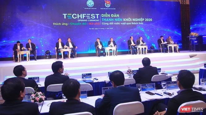 Thủ tướng Chính phủ cùng đại diện các Bộ tham gia đối thoại tại Diễn đàn Thanh niên khởi nghiệp 2020.