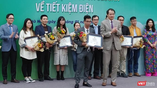 Ông Phương Hoàng Kim - Vụ trưởng Vụ Tiết kiệm năng lượng và Phát triển bền vững (Bộ Công Thương) trao giải Nhất.
