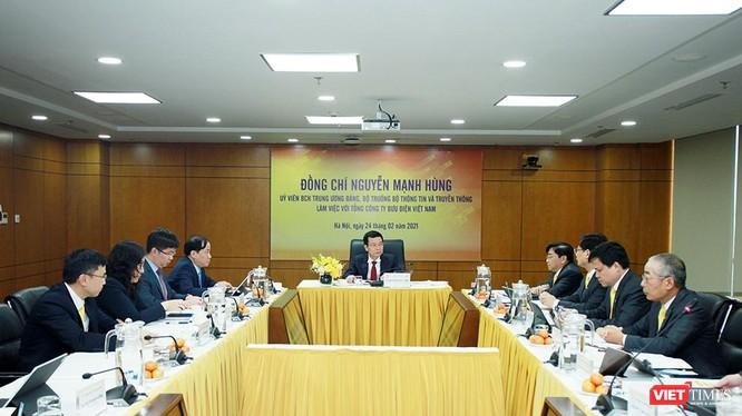 Bộ trưởng Nguyễn Mạnh Hùng tại buổi làm việc với Bưu điện Việt Nam.