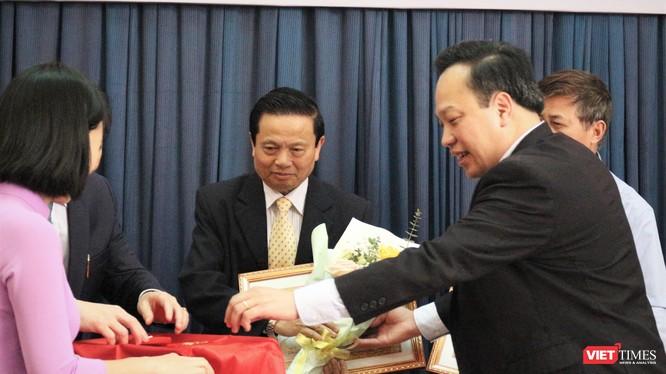 TS. Lê Doãn Hợp – Nguyên Bộ trưởng Bộ Thông tin và Truyền thông, Chủ tịch Danh dự Hội Truyền thông Số Việt Nam - nhận Huy hiệu 50 năm tuổi Đảng.