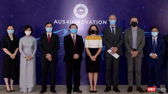 Bộ trưởng Huỳnh Thành Đạt, Thứ trưởng Bùi Thế Duy và Đại sứ Robyn Mudie cùng một số đại biểu hai bên.