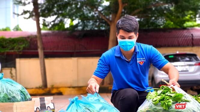 """Các bạn trẻ háo hức chất rau quả lên xe để """"tiếp lửa"""" người dân Sài thành đang """"gồng mình"""" trong làn sóng dịch bệnh."""