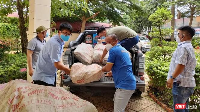 """Các thành viên của CLB xe bán tải Bình Phước nhiệt tình hỗ trợ thu gom và chuyên chở nông sản để góp sức tổ chức """"Chuyến xe nghĩa tình""""."""
