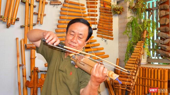 Nhạc sĩ Nguyễn Trường trình diễn VioKram