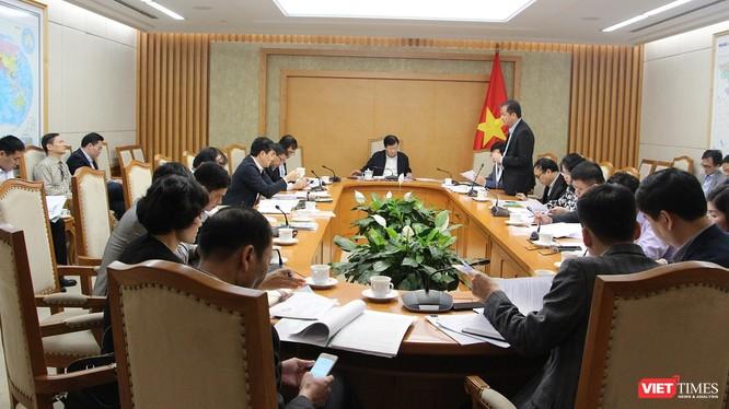 Ông Phương Hoàng Kim, Vụ trưởng Vụ TKNL và Phát triển bền vững, đại diện Bộ Công Thương báo cáo tóm tắt tình hình triển khai các hoạt động sử dụng năng lượng tiết kiệm và hiệu quả trời gian qua, kế hoạch triển khai Chương trình năm 2020 và giai đoạn 2021-