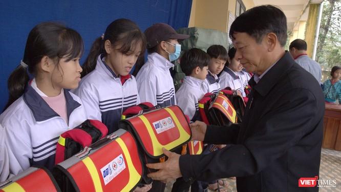 Ông Nguyễn Khả Dân - Phó Bí thư Thường trực Đảng ủy Tổng công ty VTC - trao Cặp cứu sinh cho học sinh trường TH-THCS Hải Hưng.