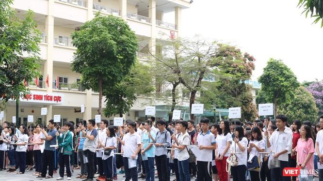 Thí sinh tập trung tại sân trường THCS Dịch Vọng (Cầu Giấy). Ảnh: Minh Thúy