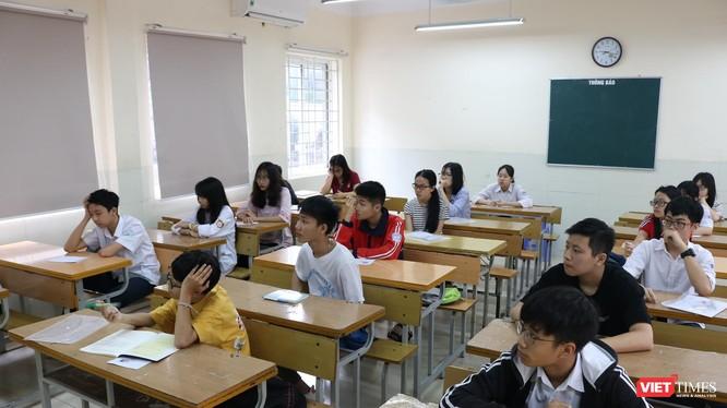 Thí sinh thi vào lớp 10 châunr bị làm bài thi. Ảnh: Minh Thúy