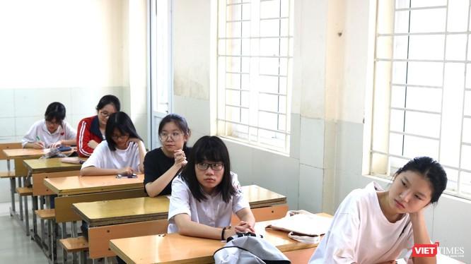 Thí sinh lo lắng trong kỳ thi tuyển sinh vào lớp 10. Ảnh: Minh Thúy