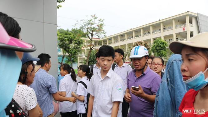 Học sinh ra về sau kỳ thi. Ảnh: Minh Thúy