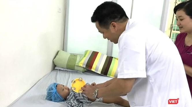 Bác sĩ chăm sóc bệnh nhi.