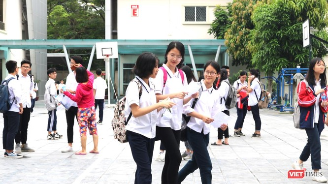 Học sinh trao đổi sau khi thi. Ảnh: Minh Thúy