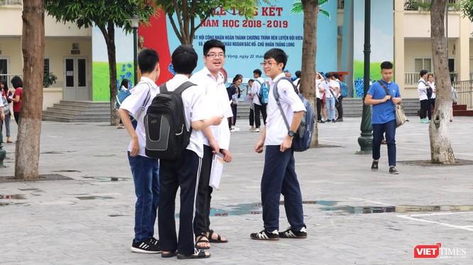 Học sinh trao đổi sau khi thi xong. Ảnh: Minh Thúy