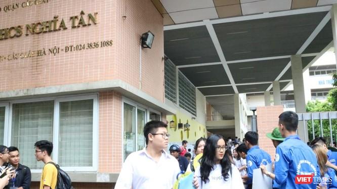 Thí sinh dự thi tại điểm thi Trường THCS Nghĩa Tân (Cầu Giấy). Ảnh: Minh Thúy