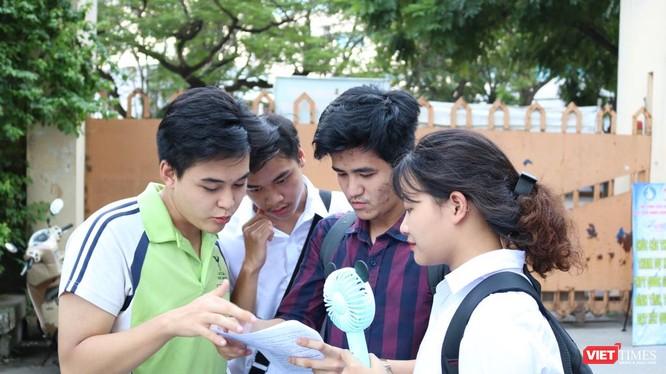 Thí sinh trao đổi sau khi thi xong môn Ngoại ngữ tại diểm thi Trường THPT Nguyễn Trãi - Ba Đình. Ảnh: Minh Thúy