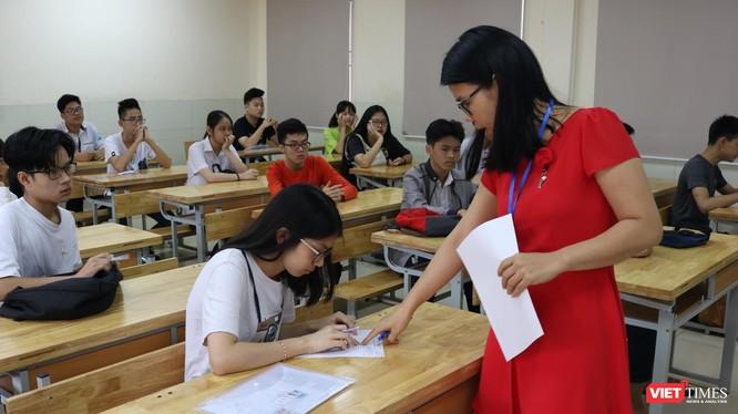 Thí sinh được giáo viên hướng dẫn làm thủ tục dự thi. Ảnh: Minh Thúy