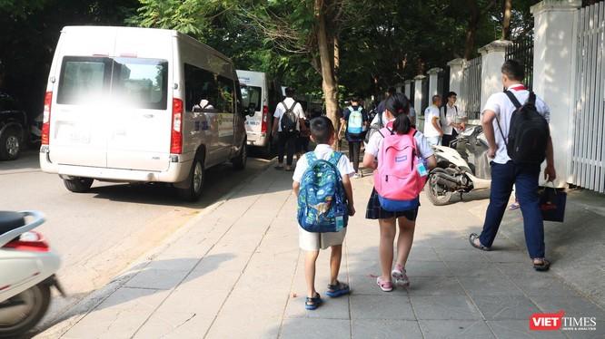 Xe ô tô đưa đón học sinh sau khi tan trường. Ảnh: Minh Thúy