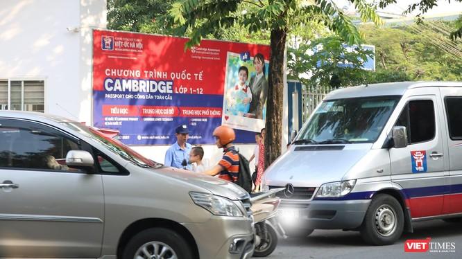 Xe đưa đón học sinh ở bên ngoài cổng trường. Ảnh: Minh Thúy