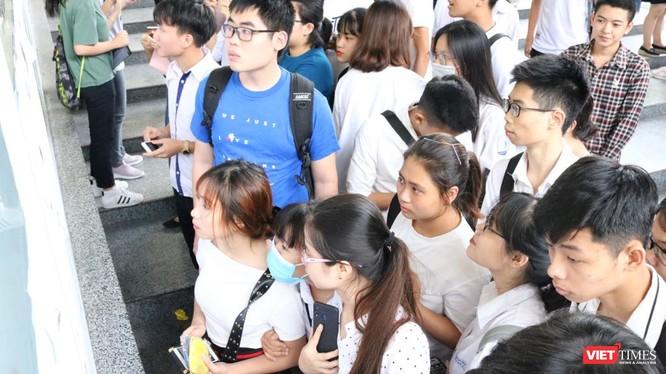 Học sinh xem lịch thi. Ảnh: Minh Thúy