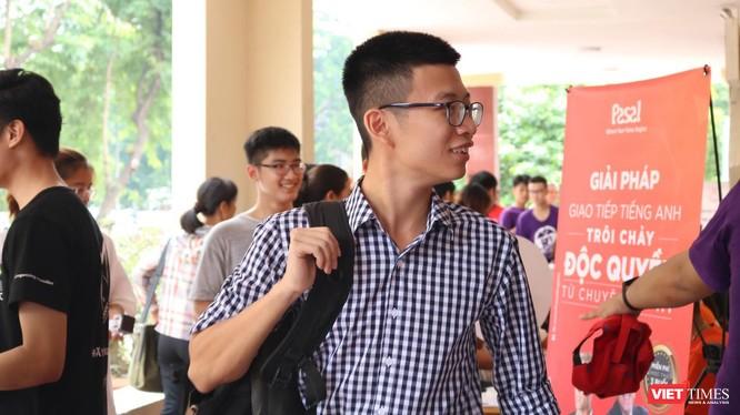 Sinh viên hào hứng trong ngày nhập học. Ảnh: Minh Thúy