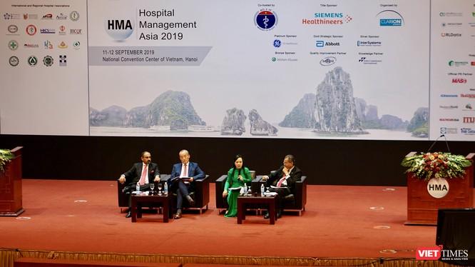Bộ trưởng Bộ Y tế Nguyễn Thị Kim Tiến cùng các đại biểu thảo luận tại hội nghị