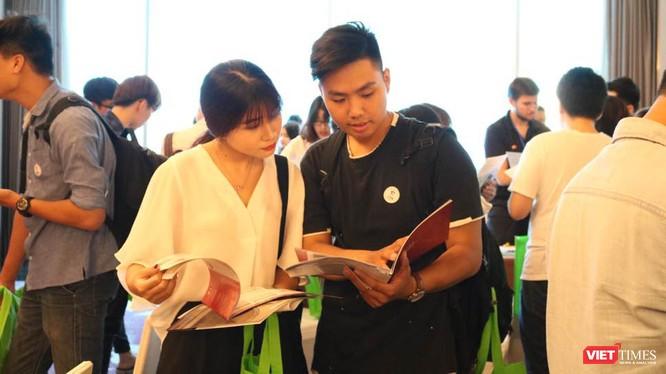 Học sinh, sinh viên tại triển lãm. Ảnh: Minh Thúy